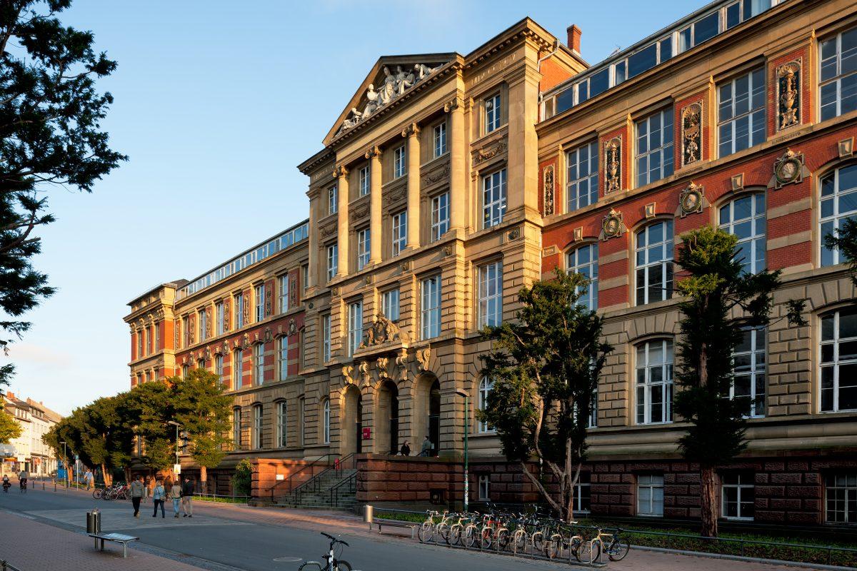 Altes Hauptgebäude der TU Darmstadt angestrahlt von der Sonne.