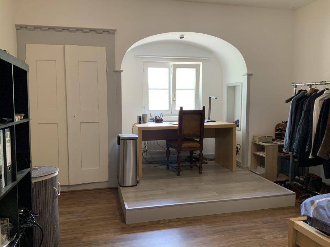 Schreibtisch, Fenster und Schrank in Zimmer 201.