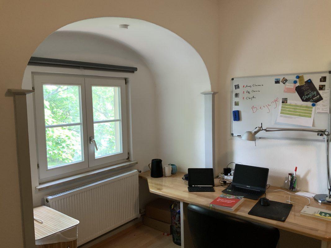 Schreibtisch und Fenster in Zimmer 203.
