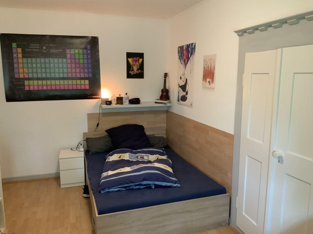 Ein Bett in Zimmer 203
