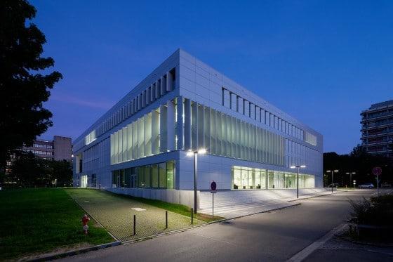 Bibliothek des Campus Lichtwiese am Abend.